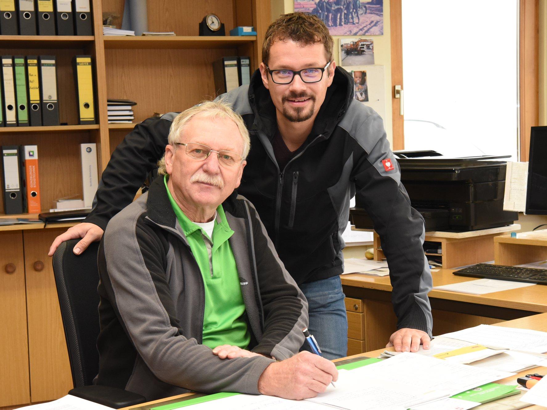 Ludwig Biller (links) mit seinem Nachfolger Stephan Pirzer, der zum 1. Dezember die Leitung des Bauhofes übernimmt (Foto: H.C. Wagner)