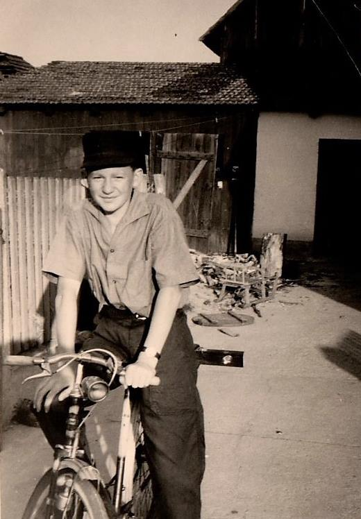 Ludwig Biller in jungen Jahren auf dem Fahrrad. Vor 50 Jahren trat er seinen Dienst bei Gebr. Donhauser an (Foto: Biller)